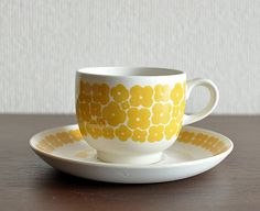 Arabia Finland, Leinikki- love this gorgeous teacup and saucer with a cute yellow pattern. Nordic Design, Scandinavian Design, Porcelain Ceramics, Ceramic Pottery, Vintage Pottery, Mellow Yellow, Dinnerware, Tea Pots, Retro