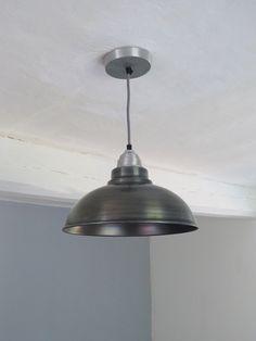 Kouzlo kovové lampy mezi trámy. Jednoduché osvětlení do domácnosti, kavárny, nad stůl či do kuchyně