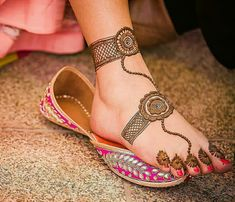 Mehndi designs often have huge circles Pretty Henna Designs, Mehndi Designs Feet, Mehndi Designs Book, Legs Mehndi Design, Indian Mehndi Designs, Mehndi Designs For Girls, Modern Mehndi Designs, Mehndi Design Pictures, Wedding Mehndi Designs