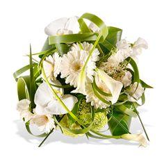 Voll im Trend: weiß, schlicht und modern... eben stylisch. Kuppelartig gebundener Strauß in Creme-Weiß-Grün, z.B aus weißen Orchideen, Gerbe...