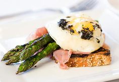 who doesn't love a good brunch?! with asparagus fresh and in season, we love this simple yet delicious brunch dish!