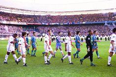 Salida al campo de los jugadores de Barça y PSG en la final de la Recopa de 1997