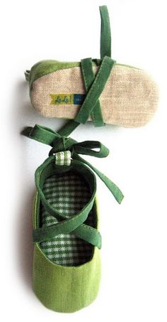 could definitely make these with that other pattern that I have(Diy Baby Shoes) Baby Shoes Pattern, Shoe Pattern, Cute Baby Shoes, Baby Girl Shoes, Love Sewing, Sewing For Kids, Baby Ballet Shoes, Baby Sandals, Handmade Baby Clothes