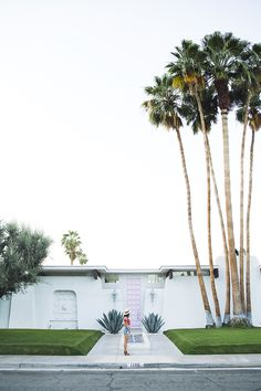 Palm Springs Pink Door House via Song of Style Palm Springs Style, Palm Springs California, White Gravel, Beautiful Homes, Beautiful Places, Surf, Mid Century Modern Decor, Spring Photos, Mid Century Lighting
