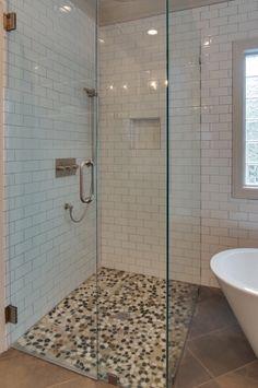 Pebble stones als backsplash achter de wastafel in de badkamer https ...
