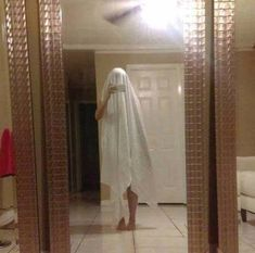 These 20 Pictures Of People Taking Photos Of Mirrors For Sale Are Truly Hilarious - Funny photo Funny Photos Of People, Funny Meme Pictures, Funny People, Funny Memes, Hilarious Photos, Funny Things, Funny Stuff, Stupid Things, Stupid Funny