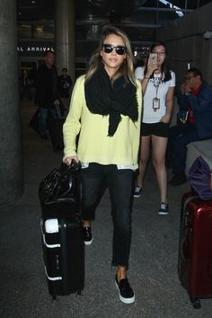 20 New Ideas For Travel Style Airport Jessica Alba Jessica Alba Outfit, Jessica Alba Style, Jessica Jung, Mode Cool, Looks Chic, Airport Style, Airport Outfits, Ladies Dress Design, Travel Style