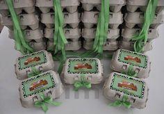 Caixa de ovos decorada para o tema Fazendinha Rosa. Personalizamos para outros temas. Caixa personalizada com laço em fita. Caixa vazia. Não acompanha guloseimas. PEDIDO MÍNIMO - 25 UNIDADES FRETE NÃO INCLUSO. R$ 3,50