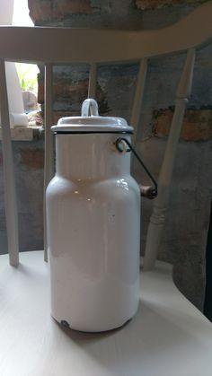 alte weiße Emaille Milchkanne