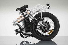 """「RADMINI」は、ファットタイヤなMTBで、カーゴバイクでもあるミニベロな折り畳み電動アシスト自転車。RAD POWER BIKESが、この""""全部入り""""自転車を販売している。"""