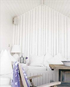 Vilorum vid vatten. I båthuslängan finns rummet med mammas väggfasta bänkar och sköna kuddar att l...