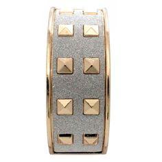 Pulseira Spikes Glitter Dourado, modelo abre e fecha é confeccionada em metal e apresenta 20 rebites de spikes e superfície texturizada com glitter.  O tamanho da pulseira é único.  É ideal para compor looks com modernidade.