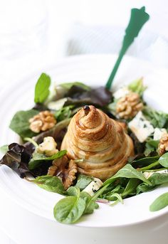 Pear, blue cheese and walnut salad  ::  http://www.larecetadelafelicidad.com/en/2012/08/pear-blue-cheese-walnut-salad.html#