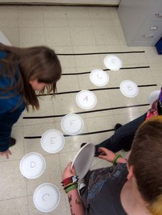 Reinforcing treble clef and staff with paper plate matching game, can create relays to spell words using the treble clef. Reinforcing treble clef and staff with paper plate matching game, can create relays to spell words using the treble clef. Music Lessons For Kids, Music Lesson Plans, Music For Kids, Piano Lessons, Music Activities, Music Games, Piano Classes, Material Didático, Reading Music