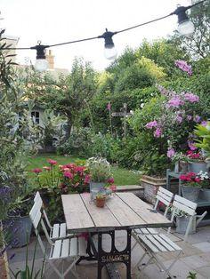15 Beautiful Small Cottage Garden Design Ideas For Backyard Inspiration Gartengestaltung Small Cottage Garden Ideas, Garden Cottage, Small Garden Design, Backyard Cottage, Farmhouse Garden, Small Garden Inspiration, Garden Types, Back Gardens, Small Gardens