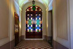 L'ingresso: la bellissima porta a vetri colorata