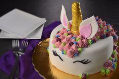 Únete a la locura por los unicornios y realiza este increible pastel decorado con fondant. Será la sensación con tus amigas. Puedes prepararlo como regalo o para que tú lo disfrutes.