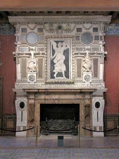 Chateau-Ecouen- Grande Salle des Appartements d'Henri II. CHEMINEE MONUMENTALE, 2: Elle est attribuée à JEAN BULLANT, dernier architecte du connétable. La Victoire s'inspire d'une gravure de DOMINIQUE FLORENTIN d'après une peinture exécutée par le ROSSO pour la galerie de François 1° à Fontainebleau. Le pavement en carreaux de faïence était situé à l'origine dans la galerie de Psyché.