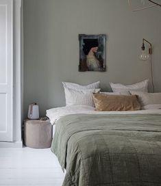 minimal bedroom design home style interiordesign Serene Bedroom, Bedroom Inspo, Home Decor Bedroom, Master Bedroom, 50s Bedroom, Hamptons Bedroom, Green Bedroom Decor, Bedroom Ideas, Pale Green Bedrooms