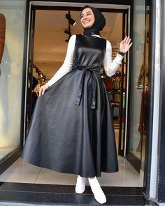 Siyah elbiseye hangi renk al gider new fashion hijab outfits casual muslim newfashion newfashionhijab fashionhijab hijaboutfits outfitsmuslim fashionideas Modest Fashion Hijab, Modern Hijab Fashion, Muslim Fashion, Fashion Dresses, Bollywood Fashion, Hijab Casual, Fashion Styles, Fifties Fashion, High Street Fashion