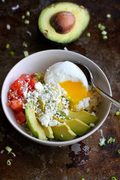 Quinoa Avocado Breakfast Bowl recipe�A vegetarian breakfast bowl full of healthy fats and protein! 316 calories and 9 Weight Watchers SmartPoints (Quinoa Avocado Recipes) Breakfast And Brunch, Quinoa Breakfast Bowl, Avocado Breakfast, Breakfast Ideas, Indian Breakfast, Mexican Breakfast, Breakfast Pizza, Protein Breakfast, Health Breakfast