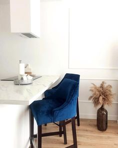 IG: klau.60 #barstool #diningroom #diningroominspo #homedecoration #interiordesign Dining Chairs, Dining Room, Chesterfield, Bar Stools, Accent Chairs, Interior Design, Spring Flowers, Furniture, Kitchen