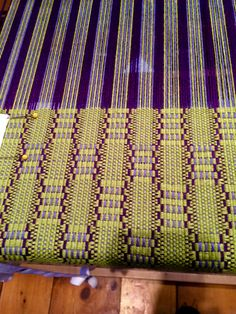Weaving Designs, Weaving Projects, Weaving Patterns, Loom Weaving, Hand Weaving, Crafts To Make, Diy Crafts, Woven Scarves, Weaving Textiles