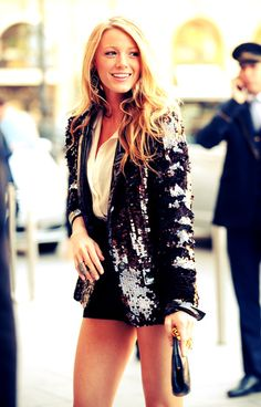 Gossip Girl Serena Van Der Woodsen (Blake Lively) Style And Fashion sequin blazer and shorts Mode Gossip Girl, Gossip Girl Serena, Estilo Gossip Girl, Gossip Girl Fashion, Look Fashion, Fashion Idol, Gossip Girls, Gossip Girl Style, Gossip Girl Outfits