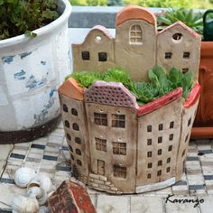 Most current No Cost Slab pottery planters Ideas Půlkruhový domek se zahrádkou Halbrundes Haus mit Garten Clay Houses, Ceramic Houses, Ceramic Planters, Ceramic Clay, Pottery Houses, Slab Pottery, Ceramic Pottery, Hand Built Pottery, Ceramics Projects