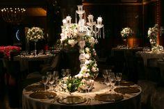 Centro de Mesa; arranjo com flores e folhagens em Candelabro de Cristal