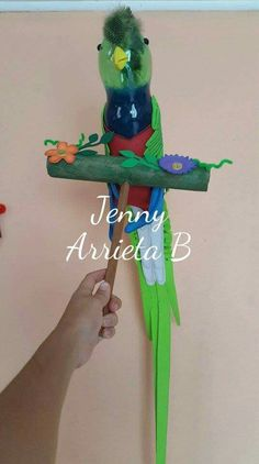 Farol de quetzal. Creaciones Jenny- Costa Rica. Hispanic Heritage Month, Costa Rica, Parrot, Projects, Animals, Craft, Plastic Bottle Art, Social Studies, School Projects