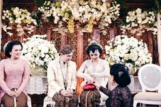 Indonesian traditional wedding | Timeless Wedding Photography With Maximus Photography | http://www.bridestory.com/blog/timeless-wedding-photography-with-maximus-photography-and-video-art