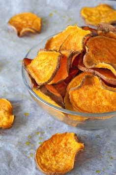 One more healthy version of homemade sweet potato chips! This sweet potato chips are easy to prepare and healthy to eat! In just 45 minutes you have healthy sweet potato chips to snack on! Quick Sweet Potato Recipe, Homemade Sweet Potato Chips, Sweet Potato Slices, Veggie Snacks, Healthy Snacks, Snack Recipes, Protein Snacks, Healthy Eats, Appetizer Recipes
