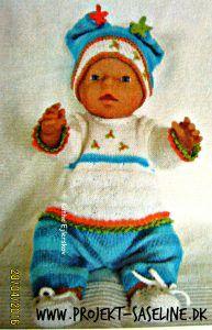 Baby born opskrifter 43 cm. fjollet strikket sæt med delt hue og blomst i toppen. Strikkeopskrift til dukker.
