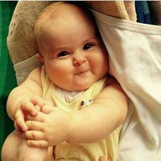 Well, hi there happy baby. So darn cute and soooooo precious.ok amo quando riesco c guardo Cute Little Baby, Baby Kind, Little Babies, Baby Love, Precious Children, Beautiful Children, Beautiful Babies, Funny Babies, Funny Kids