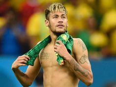 Neymar the Brazilian forward is the pivotal wonder of the home town. At only he is a national hero, and we can't take his eyes off him in anticipation when he's on the field. Soccer Guys, Soccer Stars, Soccer Players, Neymar Jr, Paris Saint Germain Fc, Neymar Brazil, Bae, Stars Play, National Football Teams