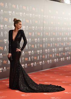 Amaia Salamanca enamora en los Premios Goya 2017 con un vestido negro de Pronovias