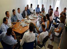 Servidores municipais e deputado têm reunião de trabalho http://www.passosmgonline.com/index.php/2014-01-22-23-07-47/politica/10163-servidores-e-deputado-tem-reuniao-de-trabalho