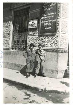 """Admón. Lotería de la calle San Pedro, Murcia.1944. Ahora es 'La Envidiosa Millonaria"""". Murcia, Light And Shadow, Pop Up, Antiques, Vintage, 19th Century, Antique Photos, Street, Souvenirs"""