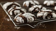 Gluten-free chocolate crinkles: uses gluten-free Bisquick and unsweetened baking chocolate Cookies Sans Gluten, Gluten Free Christmas Cookies, Dessert Sans Gluten, Gluten Free Sweets, Gluten Free Chocolate, Gluten Free Baking, Gluten Free Recipes, Gf Recipes, Holiday Cookies