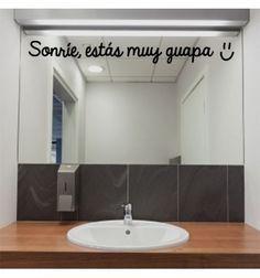 Vinilo barato para decorar espejos con la frase sonrie estás muy guapa. Vinilo para decoración original de baños con frase optimista y motivadora.