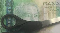 Dólares cortados são trocados pela metade do valor nominal; saiba por que comerciantes locais incentivam a prática.