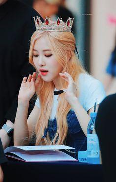 Lets me feel my hair. Kpop Girl Groups, Korean Girl Groups, Kpop Girls, Kim Jennie, Yg Entertainment, Foto Rose, Rose Bonbon, 168, 1 Rose