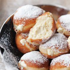 Vanilla Custard-Filled Doughnuts http://www.kwestiasmaku.com/kuchnia_polska/tlusty_czwartek/paczki_z_kremem_budyniowym/przepis.html