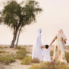 Maktoum bin Abdullah bin Mohammed Al Nehayan paseando con sus padres, Abdullah bin Mohammed Al Nehayan y Lateefa bint Maktoum bin Rashid Al Maktoum, 10/2016. Foto: Danielle Baptista. Vía: lateefam