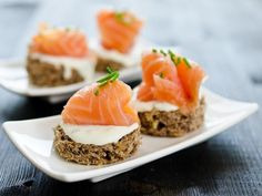 Canapes with smoked salmon and cream cheese Smoked Salmon Cream Cheese, Christmas Snacks, Canapes, Queso, Wine Recipes, Tapas, Sushi, Side Dishes, Appetizers