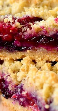 Description Triple Berry Crumb Bars is a sweet and easy gluten-free dessert recipe that's packed with fresh, juicy berries. Made with fridge and pantry staples, this recipe comes together in minutes. Brownie Desserts, Oreo Dessert, Mini Desserts, Coconut Dessert, Dessert Bars, Desserts With Berries, Raspberry Desserts, Pudding Desserts, Sweet Desserts