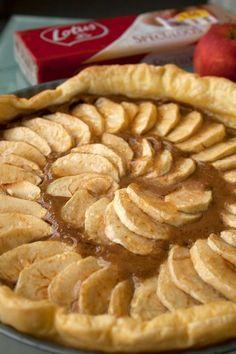 Speculoostaart met appeltjes - Note to self: Maar wel die confituur er niet op doen. No Bake Desserts, Easy Desserts, Delicious Desserts, Yummy Food, Chocolate Pies, Paleo, No Bake Cake, Love Food, Sweet Recipes