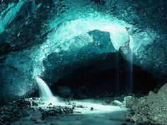 une grotte inondée de lumiere