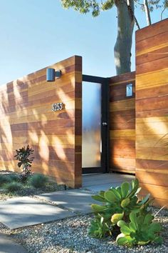 Awesome Modern Front Yard Privacy Fences Ideas 102 In 2019 Cheap Privacy Fence, Yard Privacy, Privacy Fence Designs, Modern Front Yard, Modern Fence, Modern Entry, Backyard Fences, Fenced In Yard, Yard Fencing